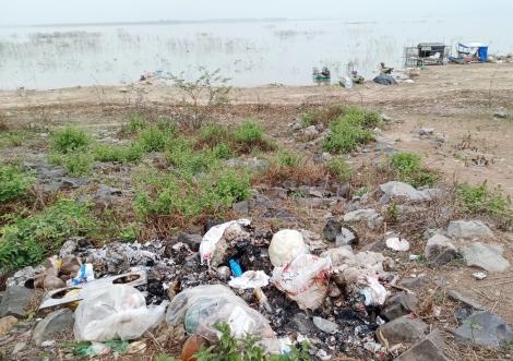 Xả rác bừa bãi trong lòng hồ Dầu Tiếng