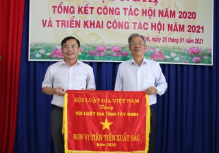 Hội Luật gia tỉnh nhận Cờ thi đua của Hội Luật gia Việt Nam