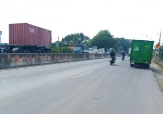 Nhiều xe tải dừng đỗ lấn chiếm lòng đường Quốc lộ 22