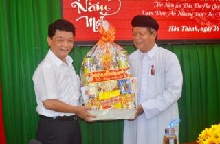 Ban đại diện Hội thánh Cao Đài Tây Ninh chúc tết lãnh đạo thị xã Hòa Thành