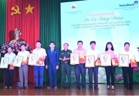 BĐBP Tây Ninh–Ngân hàng Vietinbank: Tặng 500 lá cờ Tổ quốc và 100 ảnh chân dung Bác Hồ cho người dân 20 xã biên giới