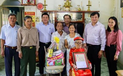 Tân Châu: Thăm, tặng quà tết gia đình chính sách