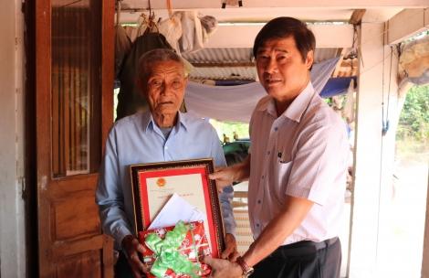 Thăm, tặng quà gia đình chính sách và công dân 100 tuổi