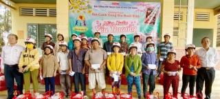 Đài Tiếng nói nhân dân TP Hồ Chí Minh trao tặng 100 suất quà Tết cho người dân xã Long Chữ