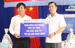 Ngân hàng Thương mại cổ phần BIDV tặng 200 triệu đồng hỗ trợ quà tết cho người nghèo