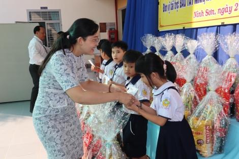 Trao học bổng cho các em học sinh có hoàn cảnh khó khăn