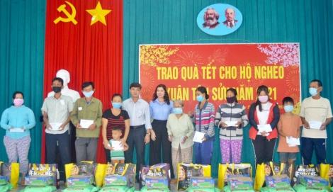 Chủ tịch UBND thị xã Hòa Thành trao quà tết cho người nghèo