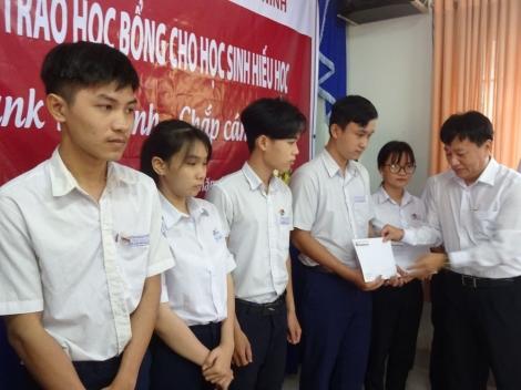 Agribank Gò Dầu trao học bổng cho học sinh hiếu học tại Trường THPT Ngô Gia Tự