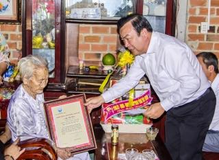 Phó Bí thư thường trực Tỉnh ủy Phạm Hùng Thái thăm, tặng quà gia đình chính sách huyện Tân Châu