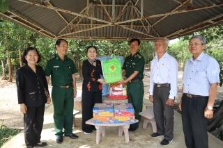 Tặng quà Tết cho người cao tuổi và Đồn biên phòng Tân Phú