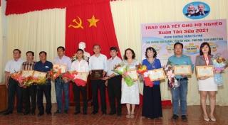Phó Chủ tịch UBND tỉnh Dương Văn Thắng tặng quà Tết cho người nghèo