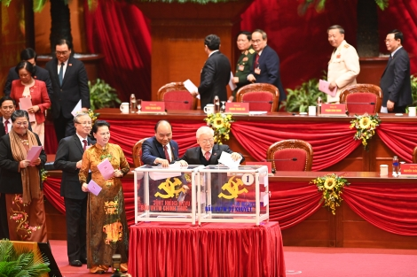Các đại biểu bỏ phiếu bầu Ban Chấp hành Trung ương khoá XIII