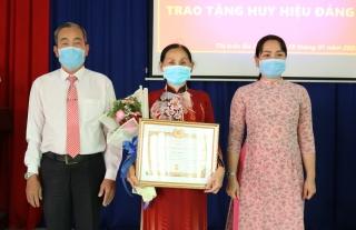 Gò Dầu trao Huy hiệu 60, 50 và 40 tuổi Đảng