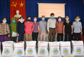 Xã Suối Dây tặng quà cho các hộ nghèo và trẻ em mồ côi