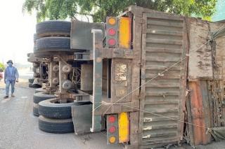 Xe Container chở phế liệu ôm cua bị lật ngửa