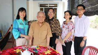 Giám đốc Sở Nội vụ thăm, tặng quà gia đình nguyên cán bộ lãnh đạo tại Gò Dầu