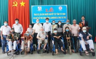 Quỹ hỗ trợ cộng đồng Lawrence S.Ting tặng xe lăn, khung tập đi cho người khuyết tật