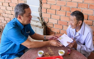 Lãnh đạo huyện Tân Châu thăm, tặng quà Tết gia đình chính sách