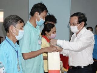 Tặng quà cho đoàn viên, công nhân lao động tỉnh Tây Ninh