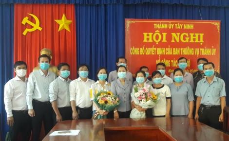 Thành ủy Tây Ninh trao huy hiệu Đảng cho đảng viên ở xã Bình Minh