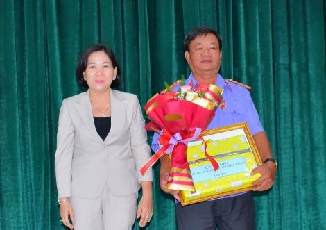 Chánh Văn phòng VKSND tỉnh Nguyễn Văn Không nhận Huy hiệu 30 năm tuổi Đảng