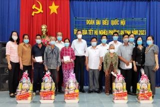 Ông Huỳnh Thanh Phương-Phó Trưởng đoàn phụ trách Đoàn ĐBQH tỉnh thăm, tặng quà tết tại Trảng Bàng