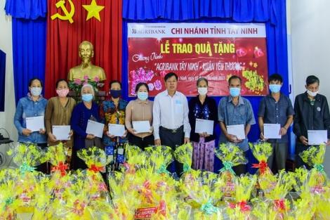 Agribank chi nhánh Tây Ninh và các huyện Dương Minh Châu, Gò Dầu tặng quà tết cho người nghèo