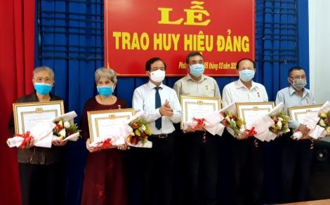 Bí Thư Thành ủy Nguyễn Hồng Thanh trao tặng Huy hiệu Đảng tại phường Hiệp Ninh và Phường 1