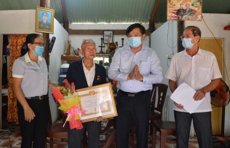 Tân Châu trao Huy hiệu 65 tuổi Đảng cho đảng viên xã Tân Phú