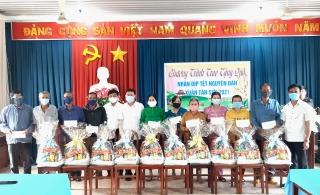 Điện lực Tây Ninh trao tặng quà Tết cho dân nghèo Long Chữ