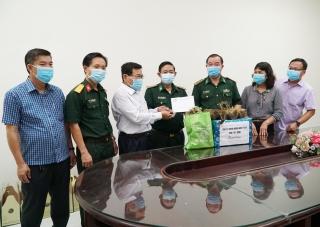 Lãnh đạo tỉnh tặng quà Tết trị giá hơn 1 tỷ đồng cho lực lượng phòng, chống dịch Covid-19