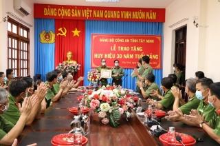 Đại tá Lý Hồng Sinh- Phó Giám đốc Công an tỉnh nhận Huy hiệu 30 tuổi Đảng