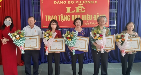 Đảng ủy phường 3, thành phố: Trao Huy hiệu Đảng cho 11 đảng viên