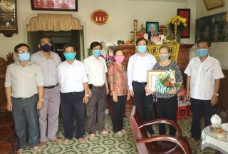 Bí thư Thành ủy Nguyễn Hồng Thanh trao Huy hiệu Đảng cho đảng viên ở phường 1