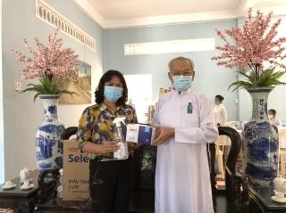 Tặng khẩu trang, nước sát khuẩn cho Hội thánh Cao Đài Tòa thánh Tây Ninh