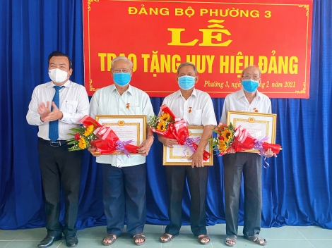 Trao Huy hiệu đảng tại phường 3, TP. Tây Ninh