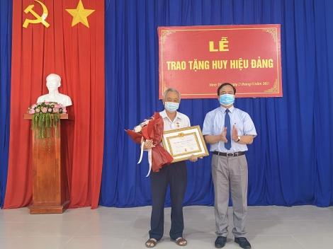 Lãnh đạo Thành ủy trao Huy hiệu Đảng cho đảng viên phường Ninh Thạnh và Hiệp Ninh