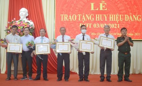 Hòa Thành: Trao Huy hiệu 50, 45, 40 và 30 tuổi Đảng