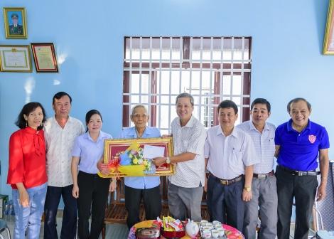 Tân Châu mừng thọ đảng viên cao tuổi tại xã Tân Hội
