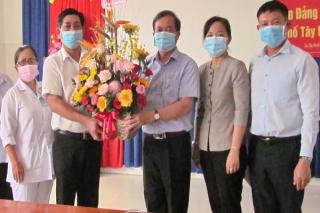 Lãnh đạo các huyện, thị xã, thành phố thăm, chúc mừng ngành Y tế nhân ngày thầy thuốc Việt Nam