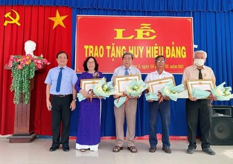 Bí thư Thành ủy trao Huy hiệu Đảng cho đảng viên phường 2