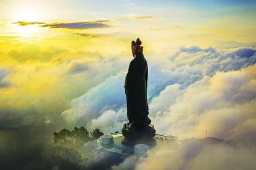 Vui xuân trên đỉnh núi Bà Ðen