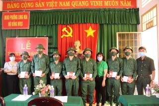 Hội LHPN các cấp thị xã Hoà Thành: Tặng quà cho thanh niên lên đường nhập ngũ