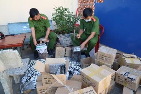 Công an huyện Gò Dầu hủy biển số, biểu mẫu đăng ký xe