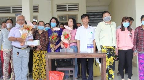 Hội Bảo trợ người khuyết tật và Bảo vệ quyền trẻ em tỉnh: Tặng quà cho phụ nữ mù có hoàn cảnh khó khăn tại Hòa Thành