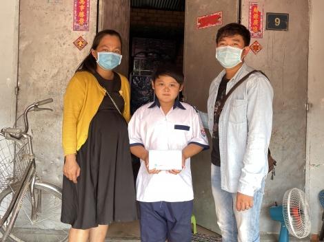 Chi đoàn Báo Tây Ninh trao quà cho học sinh khó khăn