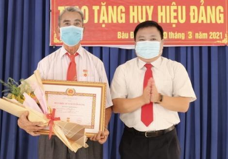 Trao Huy hiệu 50 năm tuổi Đảng