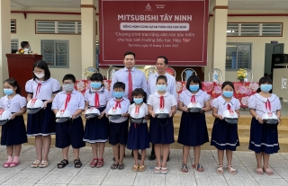 Mitsubishi Tây Ninh tặng 400 mũ bảo hiểm cho học sinh Trường Tiểu học Hiệp Tân, thị xã Hòa Thành