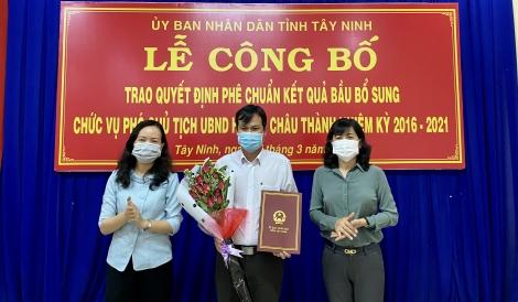 Châu Thành: Trao Quyết định phê chuẩn kết quả bầu chức vụ phó Chủ tịch UBND huyện