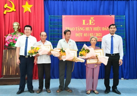 Trảng Bàng trao Huy hiệu 55, 50 và 30 tuổi Đảng cho đảng viên phường An Tịnh